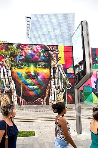 Relógio de rua na Orla Prefeito Luiz Paulo Conde (2016) com o Mural Etnias ao fundo  - Rio de Janeiro - Rio de Janeiro (RJ) - Brasil