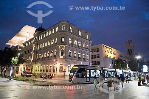 Vista do Museu de Arte do Rio (MAR) a partir da Praça Mauá durante o anoitecer  - Rio de Janeiro - Rio de Janeiro (RJ) - Brasil