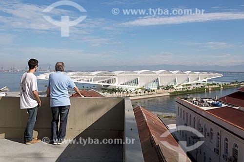 Pessoas observando o Museu do Amanhã a partir do mirante do Mosteiro de São Bento  - Rio de Janeiro - Rio de Janeiro (RJ) - Brasil