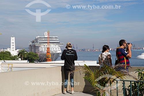 Pessoas observando navio de cruzeiro no Píer Mauá a partir do mirante do Mosteiro de São Bento  - Rio de Janeiro - Rio de Janeiro (RJ) - Brasil