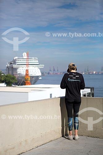 Mulher observando navio de cruzeiro no Píer Mauá a partir do mirante do Mosteiro de São Bento  - Rio de Janeiro - Rio de Janeiro (RJ) - Brasil