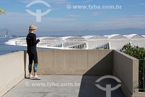 Mulher observando o Museu do Amanhã a partir do mirante do Mosteiro de São Bento  - Rio de Janeiro - Rio de Janeiro (RJ) - Brasil