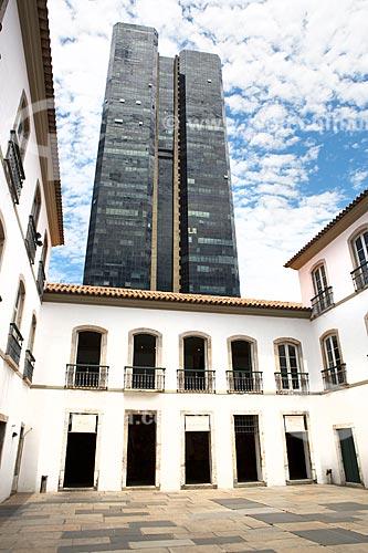 Fachada no pátio do Paço Imperial (1743) na Praça XV de Novembro com o Edifício Centro Candido Mendes ao fundo  - Rio de Janeiro - Rio de Janeiro (RJ) - Brasil