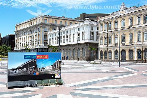 Publicidade na Praça XV de Novembro mostrando a diferença entre o antes e depois das obras do Porto Maravilha  - Rio de Janeiro - Rio de Janeiro (RJ) - Brasil