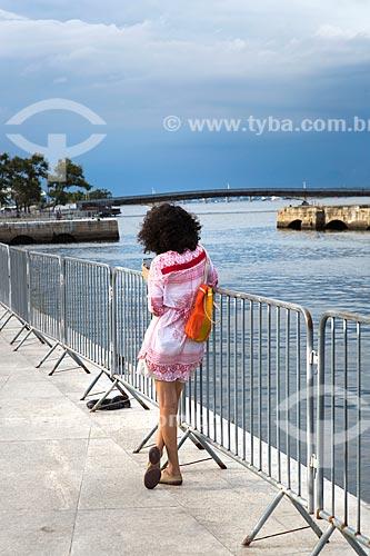 Mulher próxima às grades colocadas pela Marinha do Brasil na Orla Prefeito Luiz Paulo Conde  - Rio de Janeiro - Rio de Janeiro (RJ) - Brasil