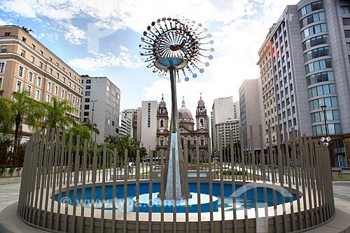 Pira dos Jogos Olímpicos - Rio 2016 na Praça da Candelária com a Igreja de Nossa Senhora da Candelária (1609) ao fundo  - Rio de Janeiro - Rio de Janeiro (RJ) - Brasil