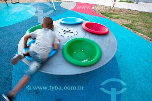 Menino brincando na Praça Muhammad Ali com armazém do Cais da Gamboa - Porto do Rio de Janeiro - ao fundo  - Rio de Janeiro - Rio de Janeiro (RJ) - Brasil