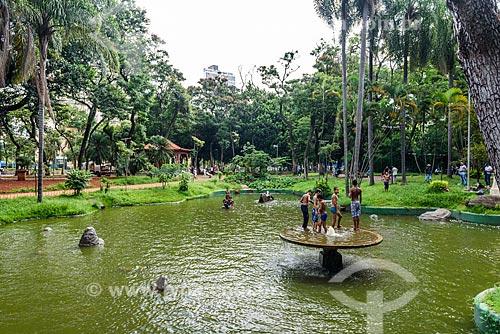 Meninos nadando no lago da Praça da República  - São Paulo - São Paulo (SP) - Brasil