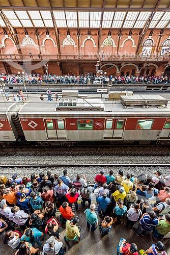 Vista de cima de passageiros na plataforma da Estação da Luz  - São Paulo - São Paulo (SP) - Brasil