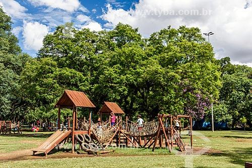 Brinquedos de parque feito com troncos de madeira na Praça da Paz - Parque do Ibirapuera  - São Paulo - São Paulo (SP) - Brasil