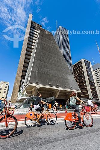 Ciclistas na Avenida Paulista - fechada ao trânsito para uso como área de lazer - com o Edifício Sede da Federação das Indústrias do Estado de São Paulo (FIESP) ao fundo  - São Paulo - São Paulo (SP) - Brasil