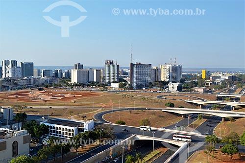 Vista geral do canteiro de obras do Jardim Burle Marx com a fonte luminosa da Torre de TV de Brasília no eixo monumental  - Brasília - Distrito Federal (DF) - Brasil