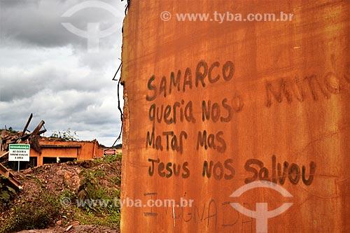 Detalhe de muro com os dizeres: Samarco queria nosso mundo matar mas Jesus nos salvou - 1 ano após o rompimento de barragem de rejeitos de mineração da empresa Samarco em Mariana (MG)  - Mariana - Minas Gerais (MG) - Brasil
