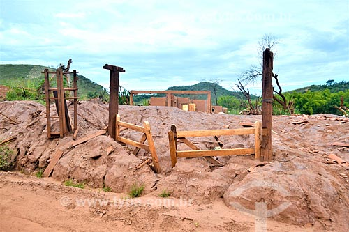 Porteira de ruína de fazenda 1 ano após o rompimento de barragem de rejeitos de mineração da empresa Samarco em Mariana (MG)  - Mariana - Minas Gerais (MG) - Brasil