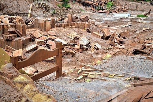 Interior de ruína de casa 1 ano após o rompimento de barragem de rejeitos de mineração da empresa Samarco em Mariana (MG)  - Mariana - Minas Gerais (MG) - Brasil