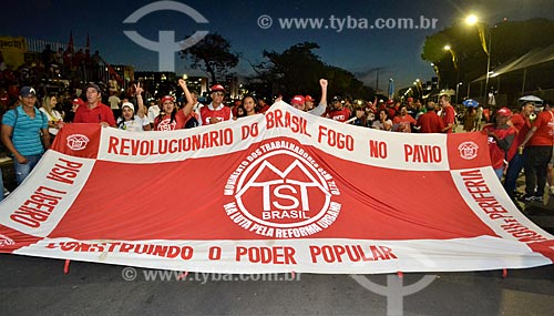 Bandeira do Movimento dos Trabalhadores Sem Teto (MTST) na Esplanada dos Ministérios durante a sessão de julgamento do impeachment da Presidente Dilma Rousseff no Senado Federal  - Brasília - Distrito Federal (DF) - Brasil