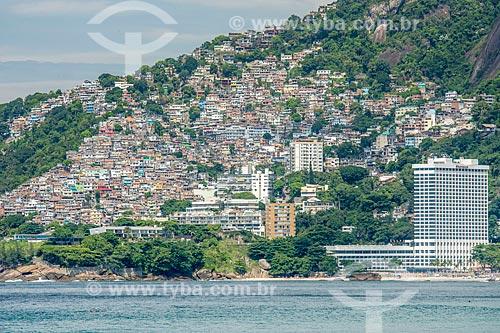 Vista da Favela do Vidigal e do Sheraton Rio Hotel & Resort a partir da Praia de Ipanema  - Rio de Janeiro - Rio de Janeiro (RJ) - Brasil