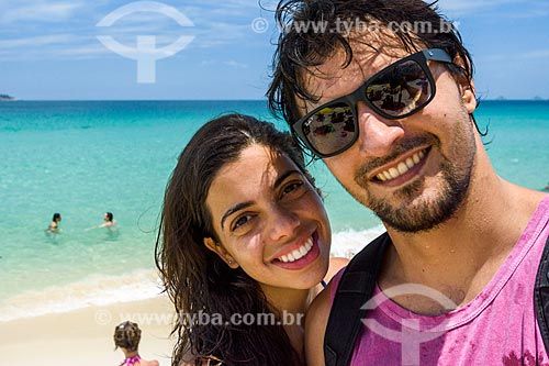 Casal na orla da Praia de Ipanema  - Rio de Janeiro - Rio de Janeiro (RJ) - Brasil