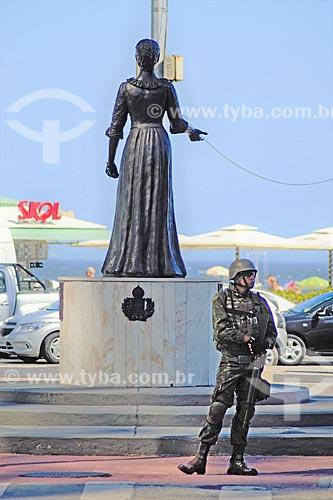 Policiamento do Exército Brasileiro na Avenida Princesa Isabel com a estátua da Princesa Isabel (2003)  - Rio de Janeiro - Rio de Janeiro (RJ) - Brasil
