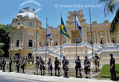 Tropa de choque formando cordão de isolamento no Palácio Guanabara (1853) - sede do Governo do Estado  - Rio de Janeiro - Rio de Janeiro (RJ) - Brasil
