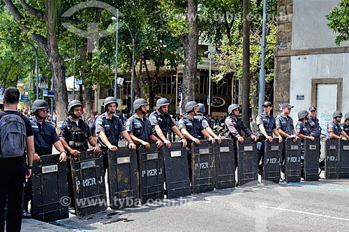 Tropa de choque formando cordão de isolamento no Rua Primeiro de Março durante Protesto de servidores públicos  - Rio de Janeiro - Rio de Janeiro (RJ) - Brasil