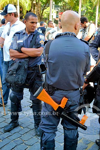 Policial com lançador de bala de borracha durante protesto de servidores públicos  - Rio de Janeiro - Rio de Janeiro (RJ) - Brasil