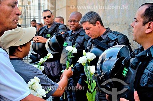 Policiais da Polícia Militar recebendo flores durante protesto de servidores públicos  - Rio de Janeiro - Rio de Janeiro (RJ) - Brasil