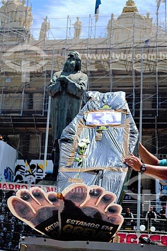 Cartaz contra o Luiz Fernando Pezão em frente à Assembléia Legislativa do Estado do Rio de Janeiro (ALERJ) durante protesto de servidores públicos  - Rio de Janeiro - Rio de Janeiro (RJ) - Brasil