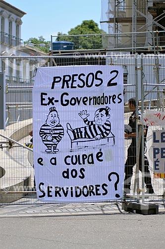 Faixa com os dizeres: Presos 2 ex-governadores e a culpa é dos servidores? - em frente à Assembléia Legislativa do Estado do Rio de Janeiro (ALERJ)  - Rio de Janeiro - Rio de Janeiro (RJ) - Brasil