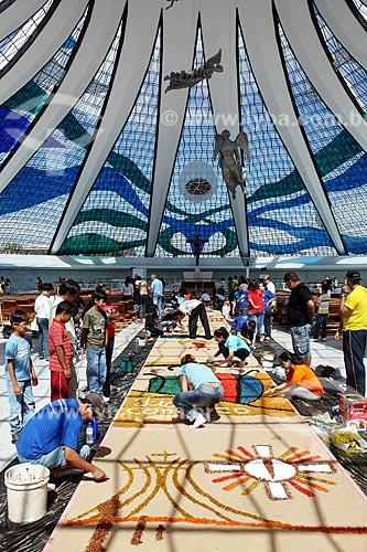 Voluntários montando tapetes de areia colorida para a procissão de Corpus Christi - Interior da Catedral Metropolitana de Nossa Senhora Aparecida (1958) - também conhecida como Catedral de Brasília  - Brasília - Distrito Federal (DF) - Brasil