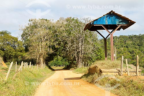 Antiga parada de trem na linha Guarani-Rio Pomba - desativada em 1975 - às margens de estrada de terra na zona rural da cidade de Guarani  - Guarani - Minas Gerais (MG) - Brasil