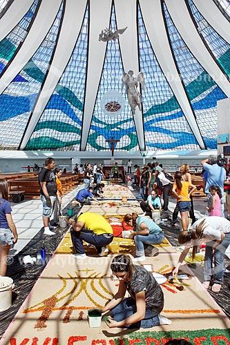 Montagem de tapete para a procissão de Corpus Christi no interior da Catedral Metropolitana de Nossa Senhora Aparecida (1958) - também conhecida como Catedral de Brasília  - Brasília - Distrito Federal (DF) - Brasil