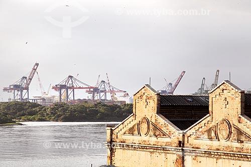 Detalhe de armazém do Cais da Gamboa - Porto do Rio de Janeiro - com guindastes ao fundo  - Rio de Janeiro - Rio de Janeiro (RJ) - Brasil