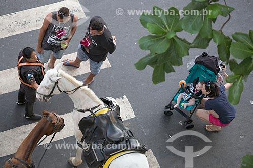 Vista de cima de policial feminina da cavalaria da Polícia Militar orientando foliões durante o carnaval  - Rio de Janeiro - Rio de Janeiro (RJ) - Brasil