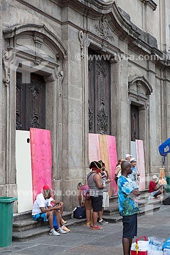 Tapume nas portas da Igreja de Nossa Senhora do Carmo (1770) - antiga Catedral do Rio de Janeiro - durante o desfile do bloco de carnaval de rua Cordão do Bola Preta  - Rio de Janeiro - Rio de Janeiro (RJ) - Brasil