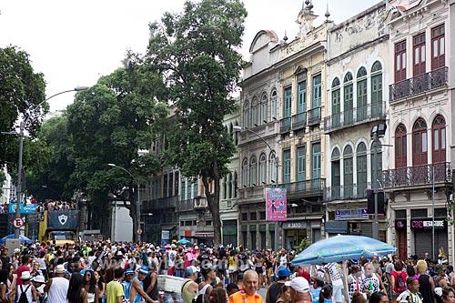 Casarios na Rua Primeiro de Março durante o desfile do bloco de carnaval de rua Cordão do Bola Preta  - Rio de Janeiro - Rio de Janeiro (RJ) - Brasil