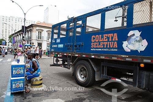 Vendedor ambulante e caminhão de coleta seletiva na Rua Primeiro de Março durante o desfile do bloco de carnaval de rua Cordão do Bola Preta  - Rio de Janeiro - Rio de Janeiro (RJ) - Brasil