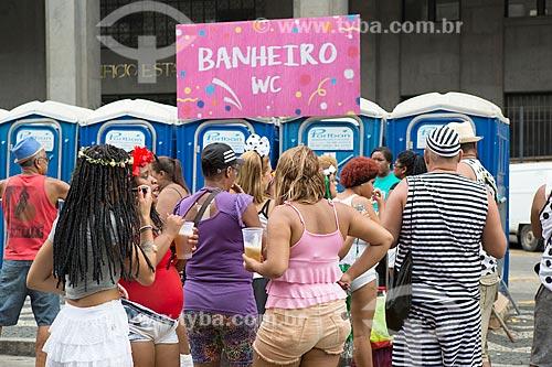 Fila para utilização do banheiro químico na Avenida Erasmo Braga durante o desfile do bloco de carnaval de rua Cordão do Bola Preta  - Rio de Janeiro - Rio de Janeiro (RJ) - Brasil