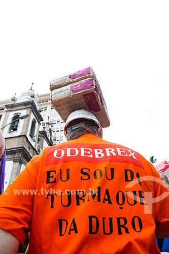 Folião fantasiado de trabalhador da Odebrecht durante o desfile do bloco de carnaval de rua Cordão do Bola Preta  - Rio de Janeiro - Rio de Janeiro (RJ) - Brasil