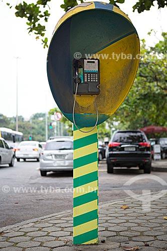 Detalhe de telefone público na Avenida Borges de Medeiros  - Rio de Janeiro - Rio de Janeiro (RJ) - Brasil