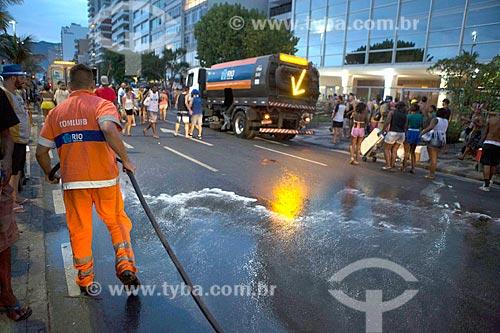 Gari limpando a Avenida Vieira Souto após o desfile do bloco de carnaval de rua Banda de Ipanema  - Rio de Janeiro - Rio de Janeiro (RJ) - Brasil