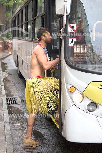 Folião fantasiado subindo em ônibus na Avenida Ataúfo de Paiva  - Rio de Janeiro - Rio de Janeiro (RJ) - Brasil