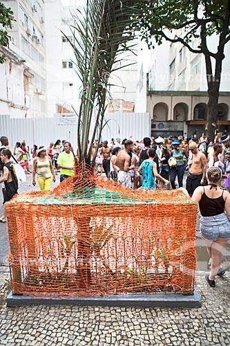 Canteiro de árvore protegido na Rua Teixeira de Melo durante o desfile do bloco de carnaval de rua Simpatia é Quase Amor  - Rio de Janeiro - Rio de Janeiro (RJ) - Brasil