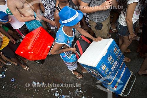Vendedor ambulante de bebidas durante o desfile do bloco de carnaval de rua Simpatia é Quase Amor  - Rio de Janeiro - Rio de Janeiro (RJ) - Brasil