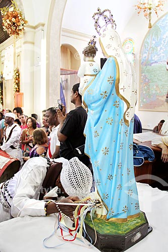 Participante de congada rezando para imagem de Nossa Senhora do Rosário no interior da Igreja de São Benedito durante a Festa de São Benedito  - Aparecida - São Paulo (SP) - Brasil