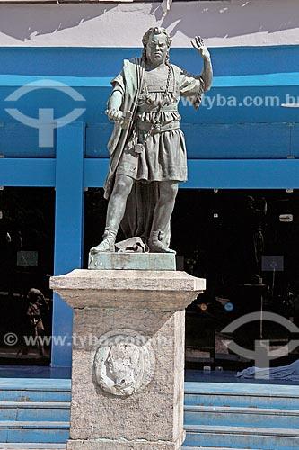 Escultura de João Caetano com os trajes do personagem principal da peça Oscar, filho de Ossion - na frente do Teatro João Caetano (1813)  - Rio de Janeiro - Rio de Janeiro (RJ) - Brasil