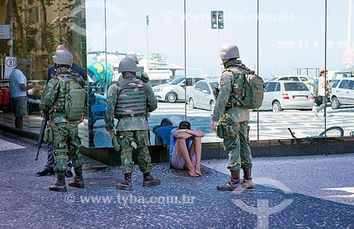Fuzileiros navais detendo suspeito de roubar celular durante policiamento na orla da Praia de Copacabana  - Rio de Janeiro - Rio de Janeiro (RJ) - Brasil