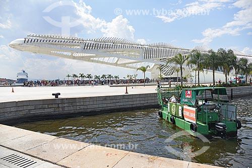 Ecoboat - barco com equipamentos que coletam os resíduos sólidos flutuantes na água - na Baía de Guanabara com o Museu do Amanhã ao fundo  - Rio de Janeiro - Rio de Janeiro (RJ) - Brasil
