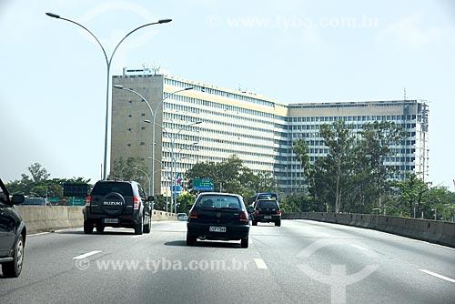 Tráfego na Linha Vermelha próximo ao Ilha do Fundão com o Hospital Universitário Clementino Fraga Filho ao fundo  - Rio de Janeiro - Rio de Janeiro (RJ) - Brasil