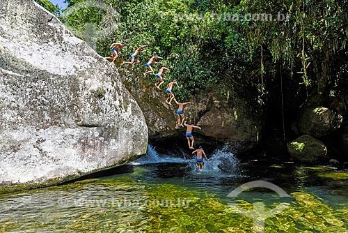 Banhista pulando no Poço da Verde próximo ao Centro de Visitantes von Martius do Parque Nacional da Serra dos Órgãos  - Guapimirim - Rio de Janeiro (RJ) - Brasil